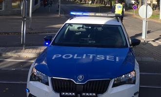 Politseiauto paavsti teed turvamas