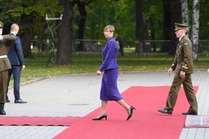 President Kersti Kaljulaid valmistub paavsti Kadriorus vastu võtma