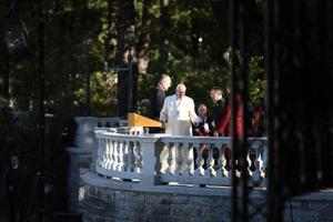 Paavst Franciscus ja president Kersti Kaljulaid Kadrioru roosiaias