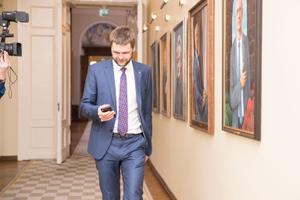 Jevgeni Ossinovski minemas koalitsiooninõukogu kogunemisele Toompeal.