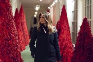 Melania Trump Valge Maja jõulukaunistuste keskel