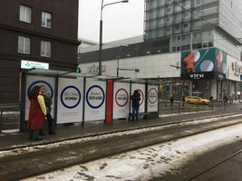 Рекламные плакаты на трамвайной остановке Хобуяама.