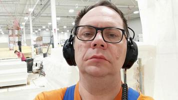 Gunnar Karelin kuulab Vikerraadiot Bed Factory Sweden vooditehases, kus ta töötab.