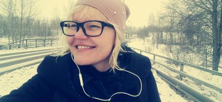 Kadri Sinijärv on teel ülikoolipraktikale, kõrvas mängib Vikerraadio.