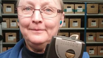 Ester Kallas kuulab töö juures.