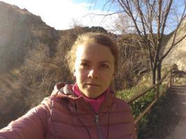 Liina Lahe kuulab Toledos Tajo jõe kald