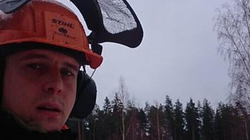 Tarvo Mets teeb metsas tööd ja kuulab Vikerraadiot