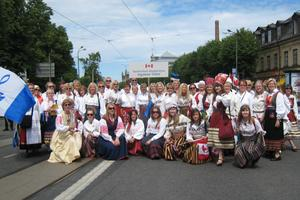 Toronto Estonian Academic Mixed Choir Ööbik at the Song and Dance Festival parade in 2009.