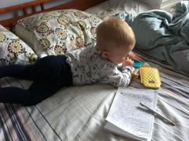 Kätlin Sandvik-Soon kirjutas etteütlust 8-kuuse poja kõrval.