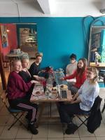 Oleme Tartu Ülikooli Viljandi Kultuuriakadeemia tantsukunsti II kursuse tudengid. Meie õppejõud Katariina Unt tegi ettepaneku, et kirjutaksime tunni raames kõik koos e-etteütlust. Istusime stuudiokohvikus Layk