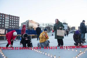 Küünalde süütamine märtsiküüdistamise aastapäeval
