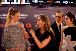 Eurovisiooni oranž vaip, Eurovisiooni saatejuhid, nende hulgas modell Bar Refaeli