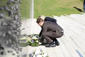 Марин Ле Пен возложила цветы к памятнику жертвам коммунизма.