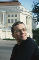 Näitleja, laulja, saatejuht Jüri Aarma, taustal Estonia teatrihoone. 1995