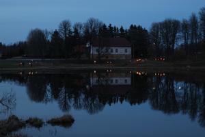 Jüriöö tõrvikute rongkäik ümber Holstre järve aprillis 2018