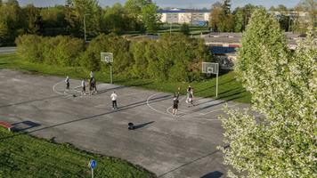 Lohkva küla korvpalliplatsil käib pidev vilgas pallimine.