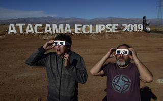 Huvilised Atacama kõrbes päikesevarjutust ootamas.