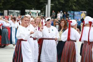 Välis-Eesti rühmad tantsisid Vabaduse väljakul