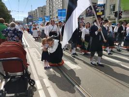 Tantsu- ja laulupidu - Katrin Kaljuve Segakoori Noorus ridades laulev Ingrid pidi hetkeks laulupeo rongkäigust kõrvale astuma, et tervitada pealtvaatajate hulgas olnud väikest sugulast, 4-aastast Mirat.