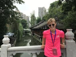 Inger esines Hiinas tuhandetele inimestele.