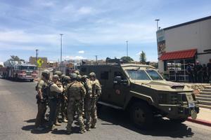 Korrakaitsjad El Pasos kaubanduskeskuse juures, kus oli tulistamine.