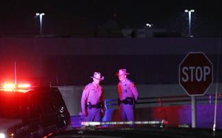 Inimesed El Pasos kaubanduskeskuse juures pärast tulistamist.