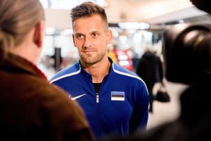 Magnus Kirt enne MM-ile sõitu Tallinna lennujaamas