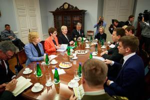 Ratas tervitas Stenbocki majas Saksa kaitseministrit Kramp-Karrenbauerit.
