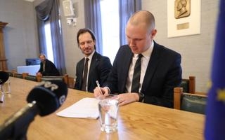 Raimond joining the Social Democratic Party (SDE) in late November, while party leader Indrek Saar looks on.