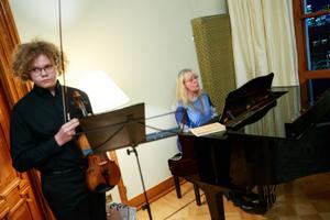Aino Kallase preemia pälvis organist Ene Salumäe.