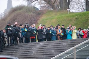 Kohalikud ukrainlased Ukraina presidendi Volodõmõr Zelenski visiidi ajal Vabadussõja võidusamba jalamil