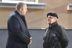 Meeleavaldus Lüganuse vallavalitsuse ees koolidirektor Heidi Uustalu toetuseks, Risto Lindeberg ja Tiit Kuusmik.