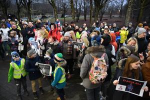 Meeleavaldus Lüganuse vallavalitsuse ees koolidirektor Heidi Uustalu toetuseks