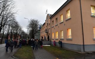 Meeleavaldus Lüganuse vallavalitsuse ees seoses koolidirektori vallandamisega.