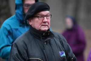 Meeleavaldus Lüganuse vallavalitsuse ees koolidirektor Heidi Uustalu toetuseks, Tiit Kuusmik.
