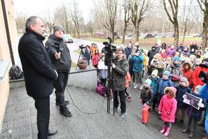 Lüganuse vallavanem Viktor Rauam protestijate ees