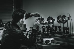 Pildi autor üritab parandada optilisi kiude liigutamisega eksperimendi tarbeks kogutava helivoo lahutusvõimet, (Prantsusmaa).