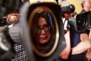 Ajakirjanikud naistepäeval, 8. märtsil, parlamendis Keskerakonna fraktsiooni ukse taga: kohe saabub sõnum, et Ratas annab Kaja Kallasele