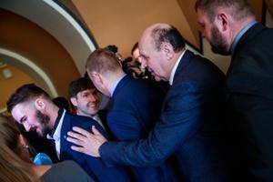 Jääb mulje, et sellel pildil püüab EKRE esimees Mart Helme manitseda parteikaslasest parlamendiliiget Ruuben Kaalepit, et too ei ütleks uue riigikogu esimesel tööpäeval kaamerasse liiga tormakaid sõnu.