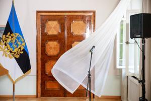 Tuulised suhted: president Kaljulaid ei varja põlgust ühe võimupartei juhtide mõtteviisi vastu, mispeale valitsusjuht Ratas ütleb, et Eestile on kombeks üks peaminister korraga ja et nüüd on ta vabariigi aastapäeva vastuvõtu ajal perega puhkusel.