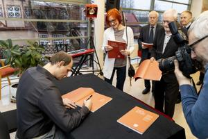 Ott Karulin kirjutas Ugala 100. sünnipäevaks teatri ajaloost raamatu