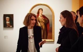 Kadi Polli koos Soome peaministri Sanna Mariniga Kumus naiskunstnikele pühedatud näitusel.