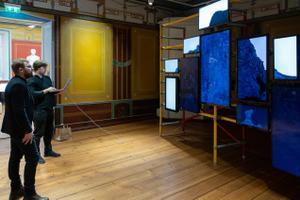 Füüsik Siim Pikker (esiplaanil) ja kunstnik Taavi Suisalu mikroskoopilise osakese 3D mudelit seadistamas.