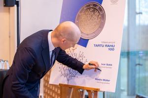 Банк Эстонии выпустил памятную монету, посвященную 100-летию Тартуского мирного договора.