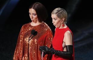 Maya Rudolph ja Kristen Wiig esitasid parima kostüümidisaini auhinda üle andes muusikalise sketši