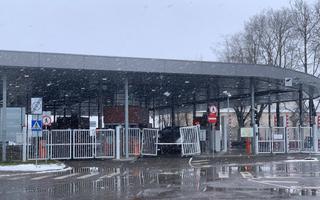 Narvas kihutas auto läbi piiripunkti värava