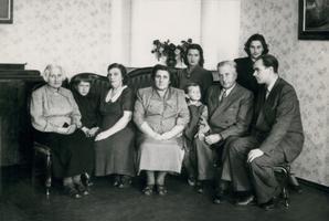 Tädi Ida, poeg Ülo, [tuvastamata], ema Lydia, tütar Ülle, abikaasa Asta, isa Karl, õde Maret, Georg Ots. 1952
