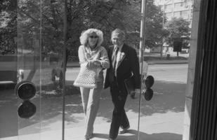 Alice Talvik ja Mati Talvik telemaja sissepääsu juures