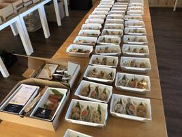 Maitsete aasta avaõhtusöögi toidukarpide komplekteerimine.