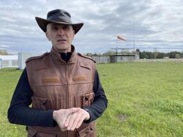 MTÜ Rapla Lennuklubi juhatuse liige Jaano Rässa vaidlustas halduskohtus Rapla vallavolikogu otsuse sõlmida ala haldamise leping osaühinguga Kuusiku Energia, kes tahab lennuradade kõrvale rajada päikeseelektrijaama.
